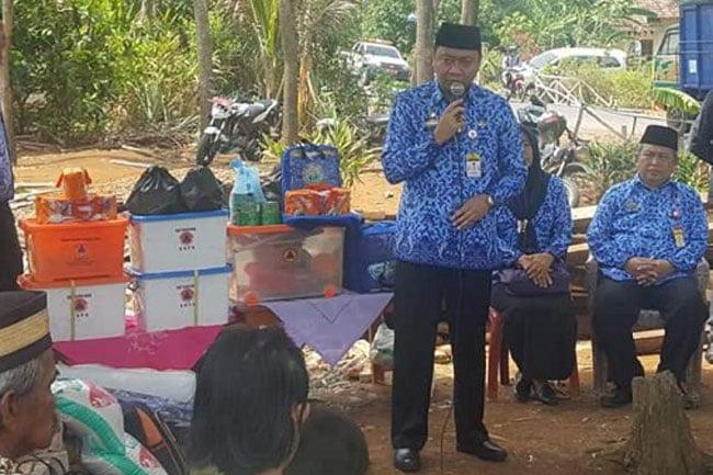Bupati Lampung Utara Bagikan Sembako Korban Angin Puting Beliung
