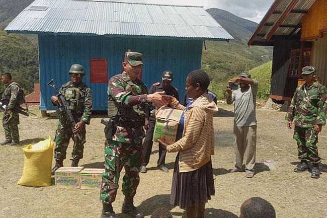 Pengungsi Perang Suku Dikunjungi Dandim Puncak Jaya
