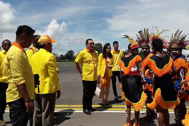 Tommy Soeharto Tiba di Nabire Disambut Tarian Adat
