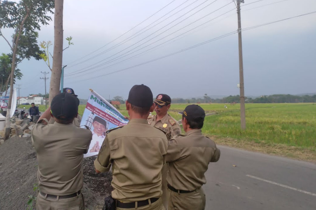 Panwaslu Kecamatan Lakukan Penertiban APK Parpol, Capres dan Caleg