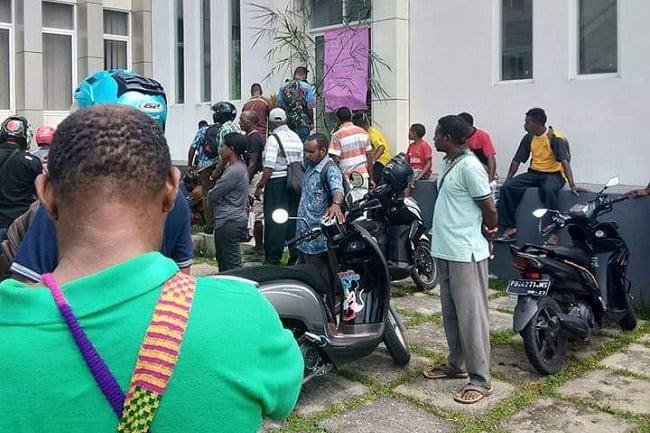 Kecewa, Pengusaha Papua Palang Kantor Dinas PU Papua Barat