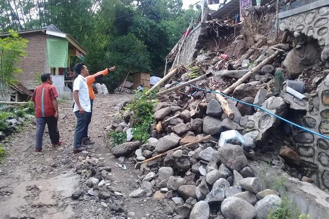 Tiga Hari Diguyur Hujan, Akses Jalan Poros Desa Sumber Anyar Longsor