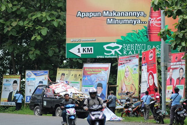 Bawaslu Brebes Tertibkan Alat Peraga Kampanye di Ruas Jalan Nasional