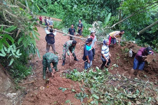 TIN Berjibaku Buka Akses Jalan Provinsi Yang Tertimbun Longsor