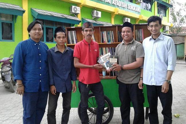 Dema IAI As'adiyah Sengkang Sumbangkan Buku ke Gerobak Baca