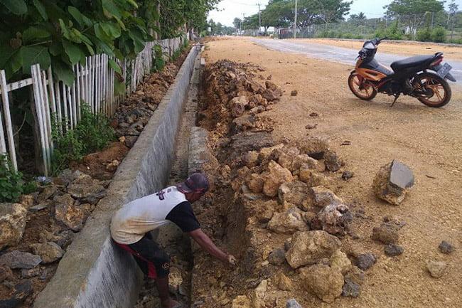 Belum Sebulan, Drainase Kusambi Kabupaten Muna Barat Sudah Rusak