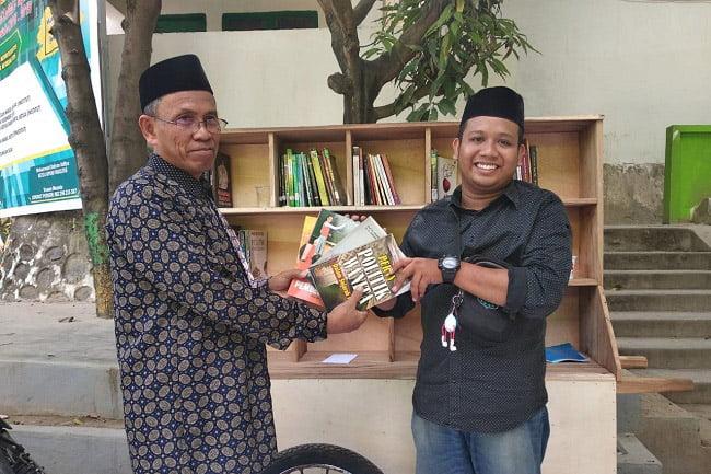 Rektor IAI As'adiyah Sengkang Kembali Donasikan Buku ke Gerobak Baca