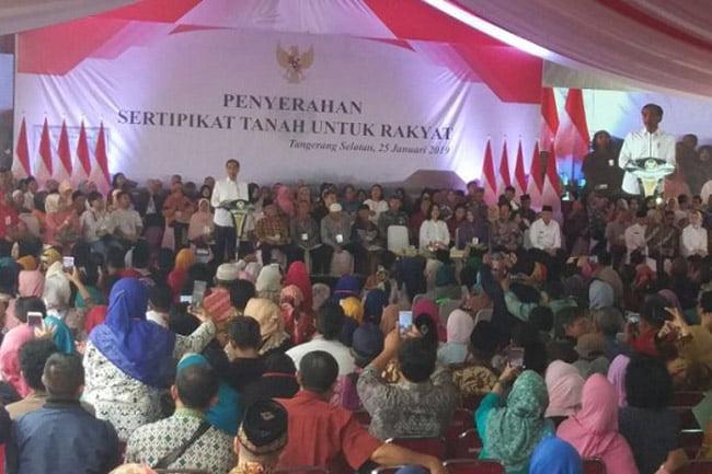 Warga Tangerang Selatan Terima Sertifikat Dari jokowi