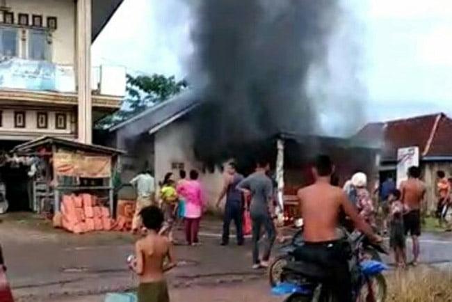 Pipa Minyak Pertamina Bocor, Garasi Mobil Terbakar