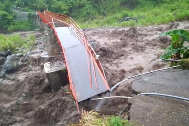 Jembatan Plompong Serampog Brebes Putus Diterjang Air Bah
