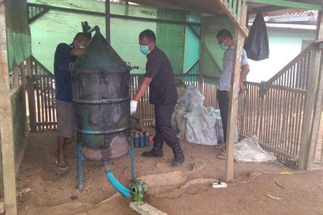 Asap Cair Batok Kelapa Jadi Bahan Pembeku Getah Karet dan Pestisida