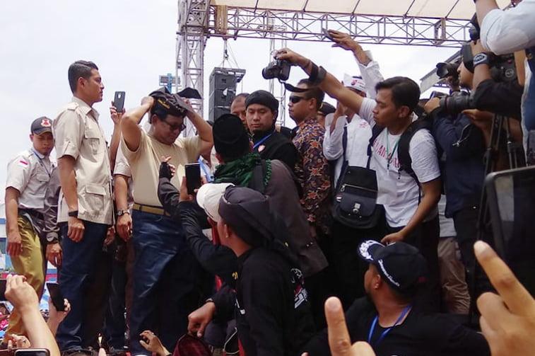 Kampanye di Bandung, Prabowo Disawer Uang, Cookies Hingga Ikat Kepala Pendekar