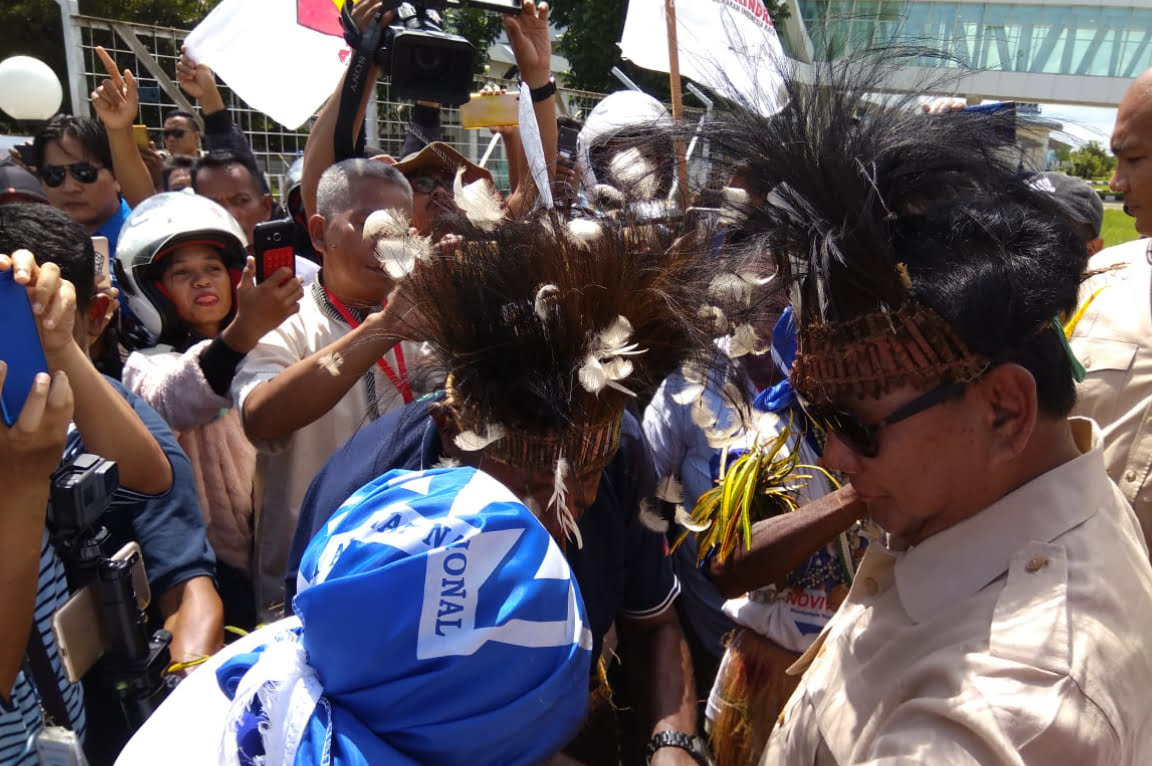 Tiba di Merauke, Prabowo Disambut Tarian Adat Suku Marind