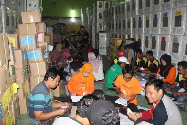 PPK Lakukan Sortir Lipat Surat Suara di Gudang Logistik KPU Brebes