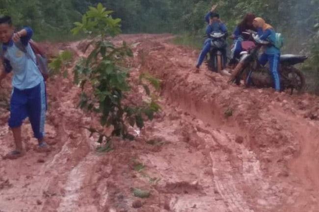 Setiap Hari Anak Sekolah di Desa Ini Berjuang Melawan Lumpur