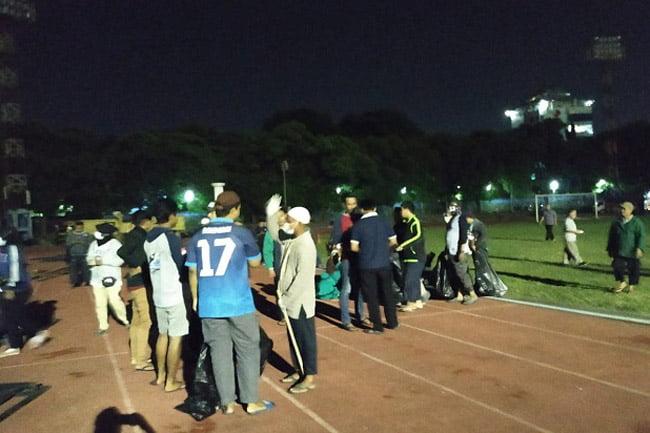Pendukung Prabowo Sapu Sampah Jokowi di Stadion Sriwedari