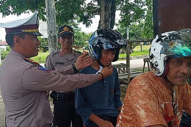 Sat Lantas Polres Muna Gelar Operasi Simpatik dan Pembagian Helm