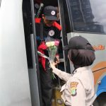 Mayday, Polwan Polres Metro Jakbar Bagikan Bunga di Trafick Light Slipi