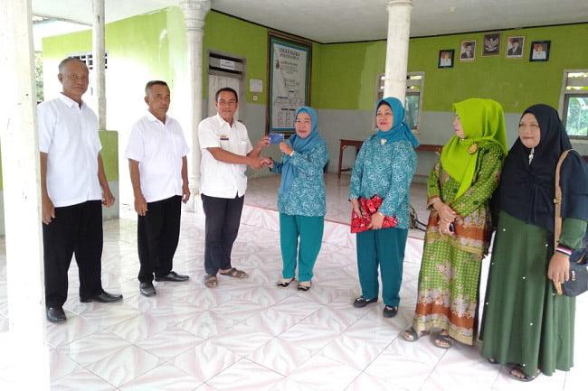 Kepala Kampung Penawar Serahkan Bantuan Ekonomi Kreatif