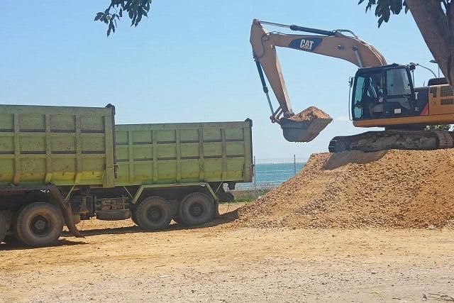 Bongkar Muat Material Batu Splitdi Pelabuhan Raha Tuai Masalah
