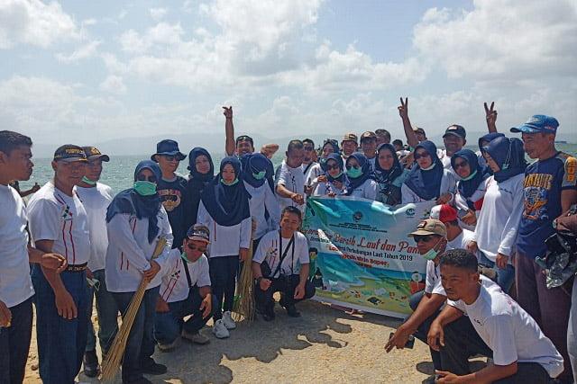 Sambut HJPNI, Syahbandar Muna Bersama Dinas dan Instansi Terkait, Bersihkan Laut dan Dermaga