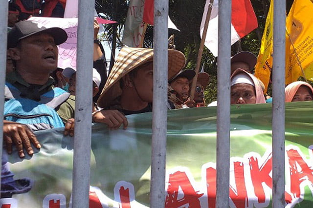 Petani dan Mahasiswa di Banyuwangi Gelar Aksi Unras di Gedung DPRD