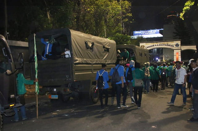 TNI-Polri Evakuasi Ratusan Mahasiswa Yang Terjebak di Kerusuhan