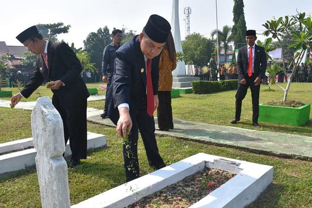 Bupati Kapuas dan Jajaran Peringati Hari Pahlawan Ke-74