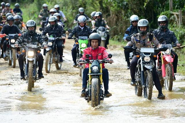 Presiden Jokowi Coba Jalan Perbatasan Kalimantan Naik Motor