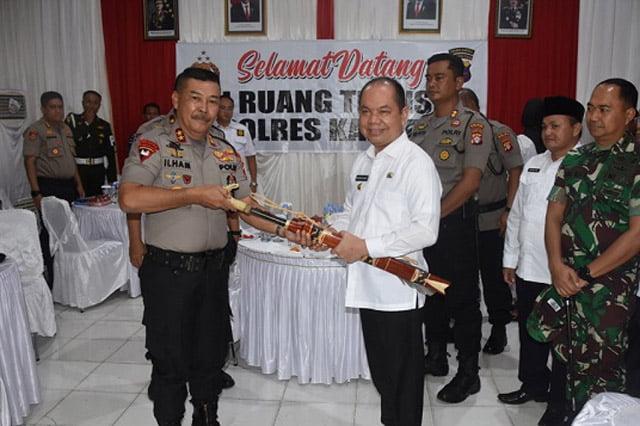 Bupati Kapuas Beri Cinderamata Pedang Mandau ke Kapolda Kalteng