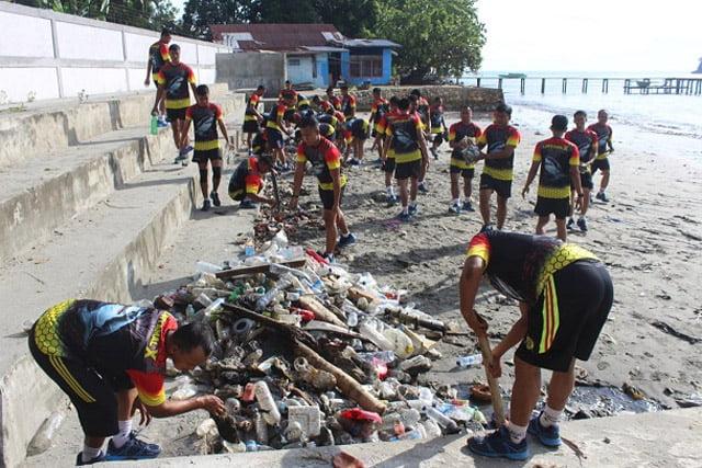 Personel Yonmarhanlan X Jayapura Bersihkan Pantai Hamadi