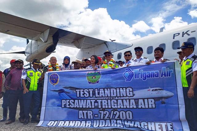 Pesawat Trigana Air ATR72-200 Test Landing di Bandara Waghete