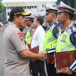 Kapolda Metro Jaya Berikan Penghargaan Pada Anggota Berprestasi