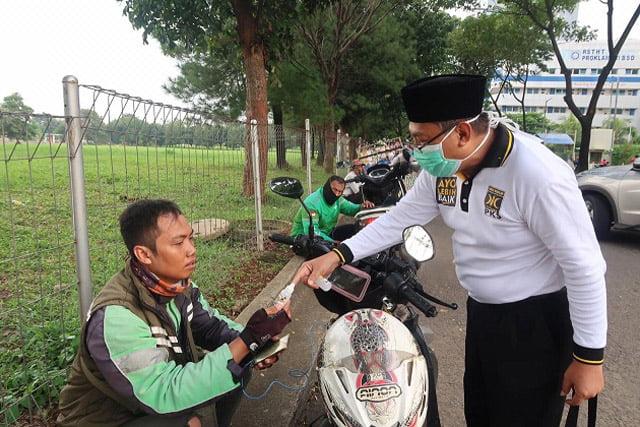Anggota DPR RI PKS Bagikan Masker dan Hand Sanitizer ke Driver Ojol