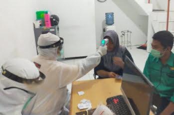 Dua Pekerja Dari Malaysia Menjalani Rapid Test Saat Tiba di Banyuwangi