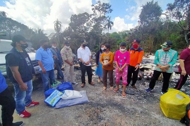 Bupati Kapuas Bantu Korban Terdampak Kebakaran Desa Sei Hanyo
