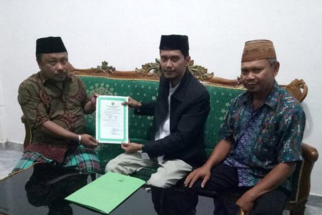 Rais Abaidata Serahkan Piagam Izin Operasional Pondok Pesantren Modern Darul Madinah Wonosari Gorontalo