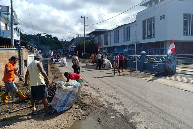 Warga Yohan Kerja Bhakti dan Pasang Bendera Merah Putih di Jalan Kamboja