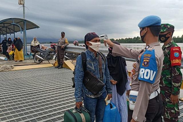 Polsek Kahayan Kuala Cek Suhu Penumpang dan ABK KMP Drajat Paciran