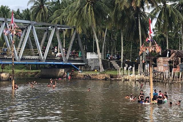 Padang Pariaman Gelar Lomba Panjat Pinang Ditengah Sungai
