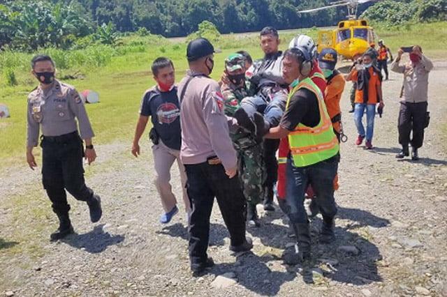 Tim Gabungan Berhasil Evakuasi Korban Insiden Helikopter Jatuh di Paniai