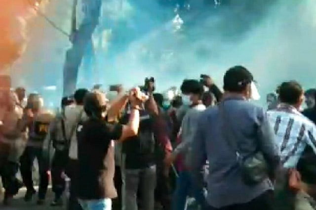 Massa Aksi Tolak Omnibus Law di Banyuwangi Bentrok Dengan Petugas