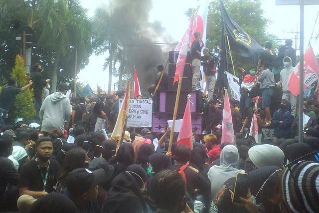 Aksi Damai Tolak Omnibus Law di Banyuwangi, Polisi Bagi Rokok, Ketua DPRD Bagi Minuman
