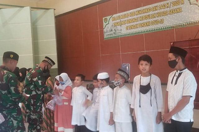 Yonif Raider 301/PKS Aksi Peduli Anak Yatim Pada Peringatan Maulid Nabi