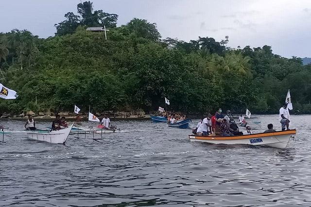 Puluhan Perahu Arak-Arakan Jemput NAPI (Naomi Piet)