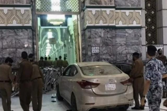 Pintu Masjidil Haram Ditabrak Mobil Sedan