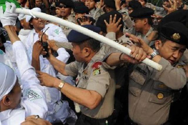 Polisi dan Diduga Pendukung Rizieq Shihab Bentrok, 6 Tewas