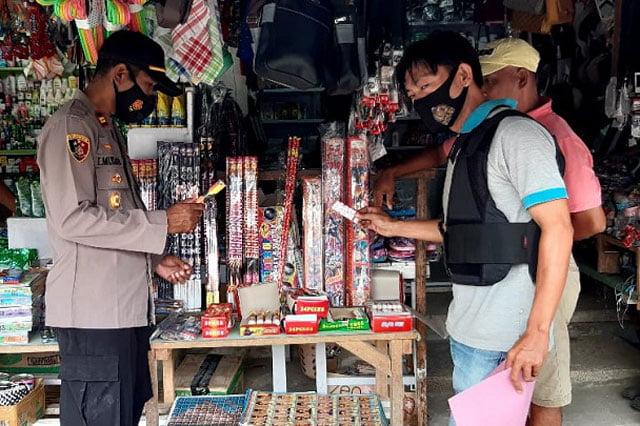 Polsek Piru Gelar Razia Petasan di Pasar Raya Kota