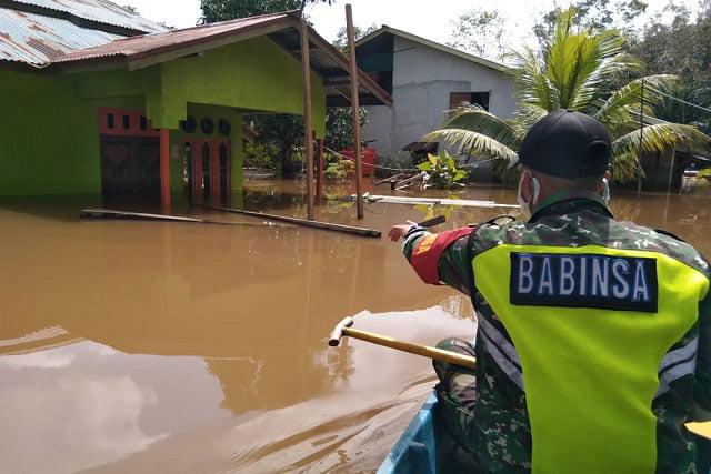 Babinsa Sinar Baru Pantau Wilayah Banjir