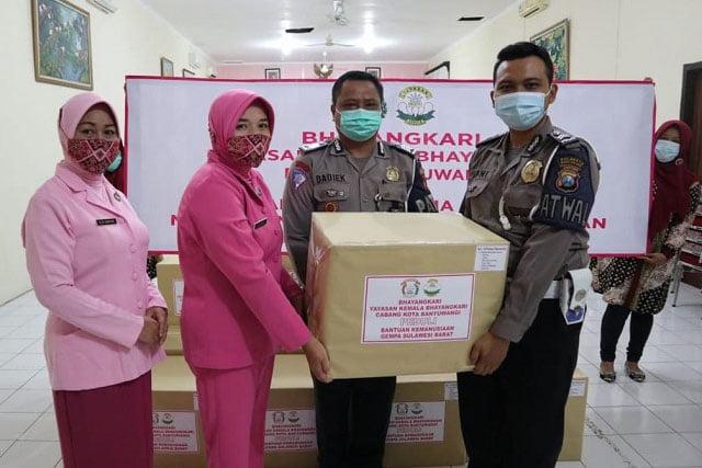 Bhayangkari Polda Jatim dan Polresta Banyuwangi Peduli Korban Bencana Sulbar dan Kalsel